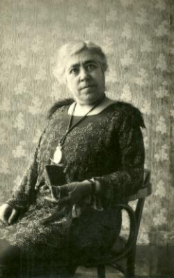 L'escriptora Caterina Albert Paradís, Víctor Català. Font: Club Editor