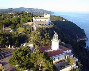 Vista de l'ermita de Sant Sebastià de la Guarda i del far. Foto extreta del web http://joanvilardell.blogspot.com
