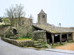 El petit poble de Romanyà de la Selva a la serra de les Gavarres. Font: Viquipèdia