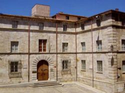 La Casa Pastors, situada davant per davant de l'escalinata de la Catedral de Girona. Imatge manlleva del web https://comunicacio21.cat