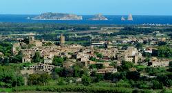 El poble de Pals amb la Mar Mediterrània i les Illes Medes al fons. Font: petitsgranshotelsdecatalunya.com