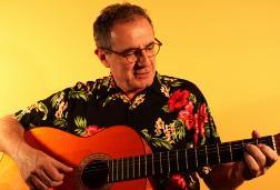 Actuació de Quimi Portet (veu i guitarra), Jordi Busquets (guitarra) i Àngel Celada (bateria)